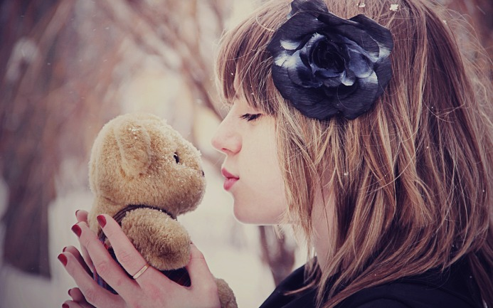girl-holding-Teddy-bear-in-hand-images